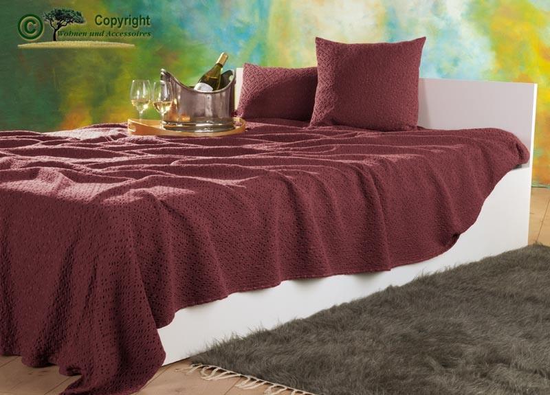 Tagesdecke Adele, hochwertiger französischer Überwurf mit Ajour Muster rubinrot 260x260cm