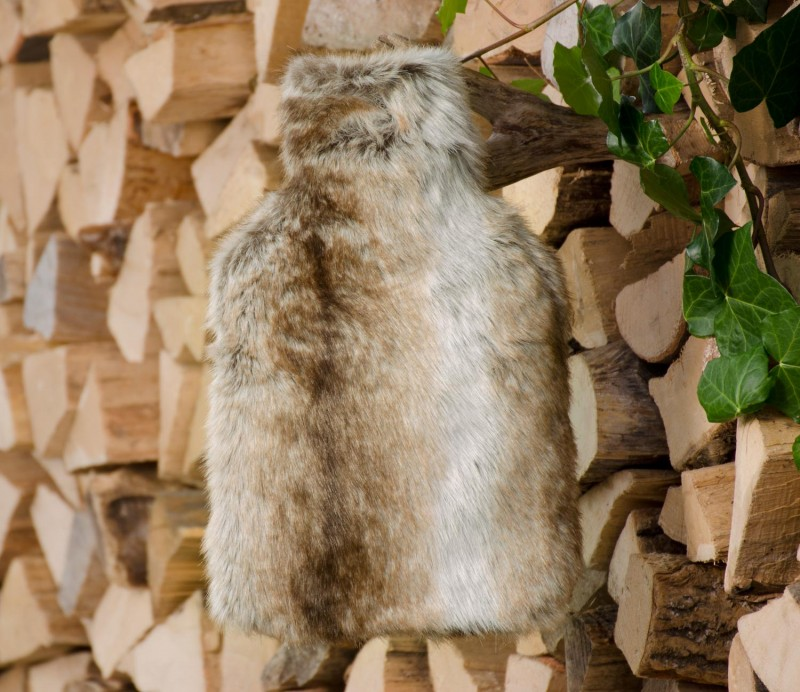 Wärmflaschenhülle aus Fell (Webpelz) Wolf hell gestreift mit Naturgummi Wärmflasche