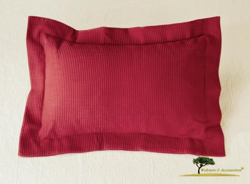 Hübsches Kissen Annabelle in Matelassé-Verarbeitung in bordeauxrot 50x30cm, mit Streifen