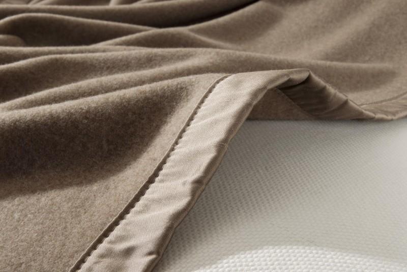 Maßanfertigung Kaschmirdecke Amalfi mongolgrau mit Seidenband für Betten mit Fussteil