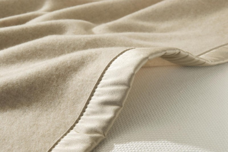 Maßanfertigung Kaschmirdecke Amalfi creme mit Seidenband für Betten ohne Fussteil
